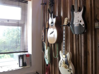 Gitarren im Regieraum